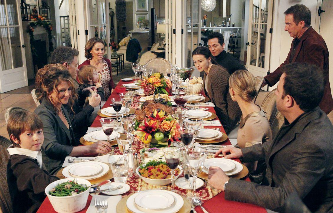 Thanksgiving der besonderen Art: (im Uhrzeigersinn von vorne l. nach vorne r.) Mason (Griffin Gluck), Erica (A.J. Langer), Pete (Tim Daly), Violet (... - Bildquelle: ABC Studios