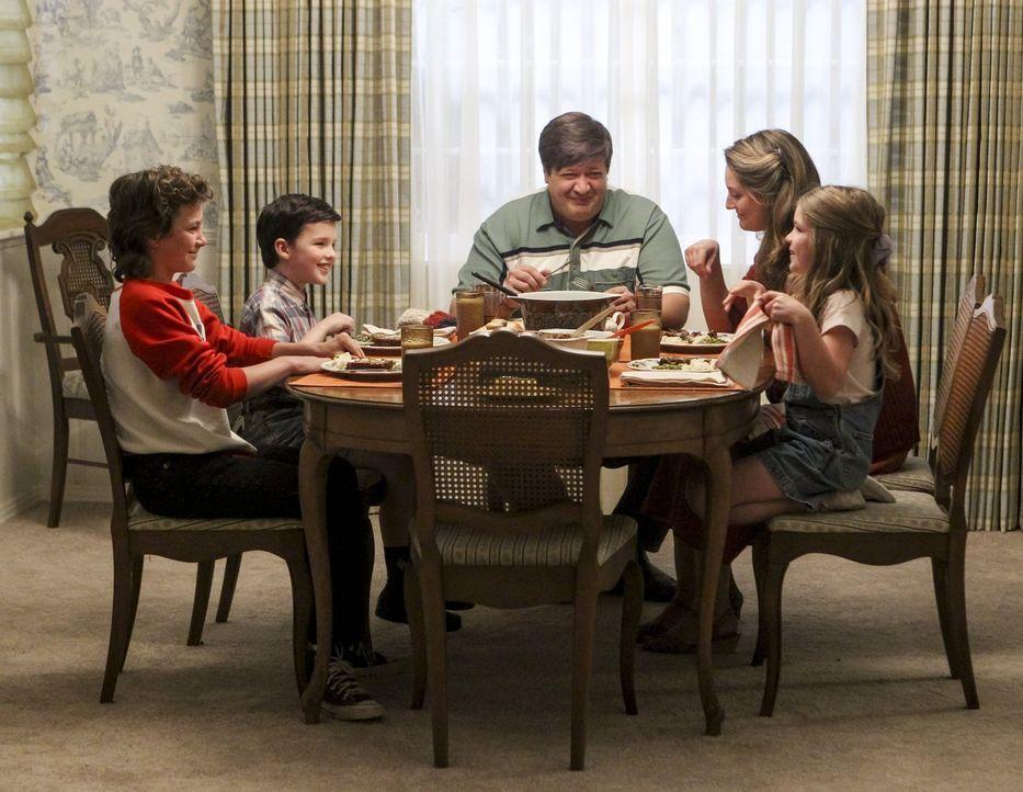 Eine ganz normale texanische Familie? Für den hochintelligenten Sheldon (Iain Armitage, 2.v.l.) ist der Alltag mit (v.l.n.r.) seinem Bruder Georgie... - Bildquelle: Warner Bros.
