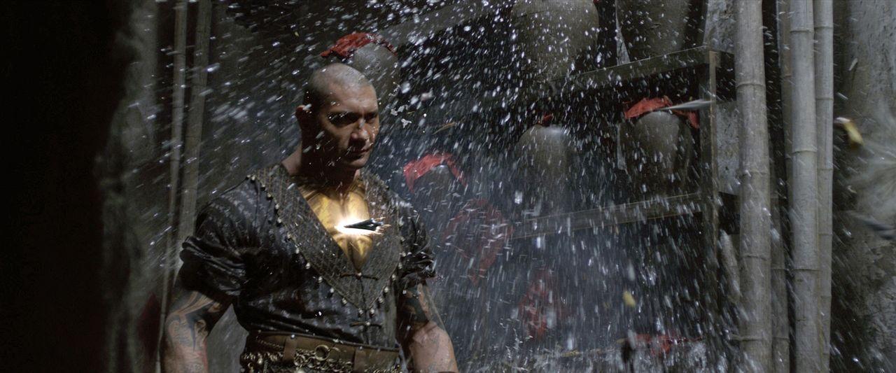 Auf der Suche nach den Mördern seines Vaters wird Zen Yi bei seiner Ankunft in Jungle Village von Brass Body (David Bautista) geschlagen, dabei wird... - Bildquelle: Universal Pictures