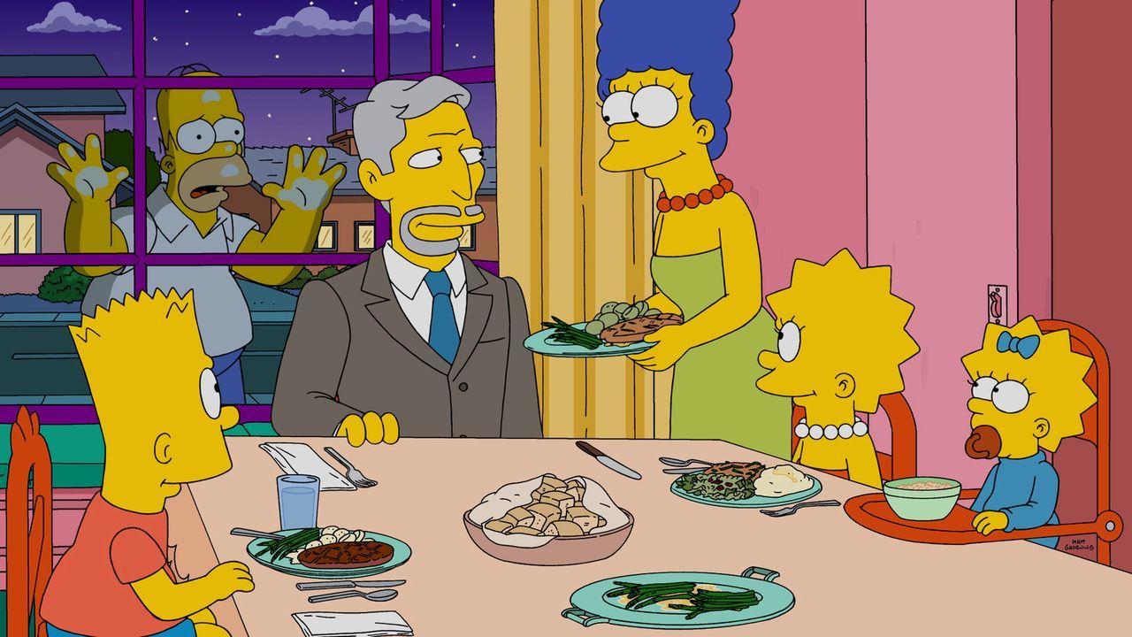 Homer (2.v.l.) muss schockiert mitansehen, wie er durch einen anderen Mann bei seiner Familie, Marge (3.v.r.), Bart (l.), Maggie (r.) und Lisa (2.v.... - Bildquelle: 2015 Fox and its related entities.  All rights reserved.