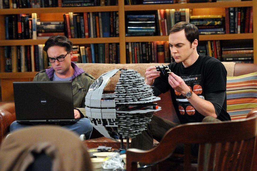 Machen sich Sorgen um Amy: Sheldon (Jim Parsons, r.) Leonard (Johnny Galecki, l.) ... - Bildquelle: Warner Bros. Television