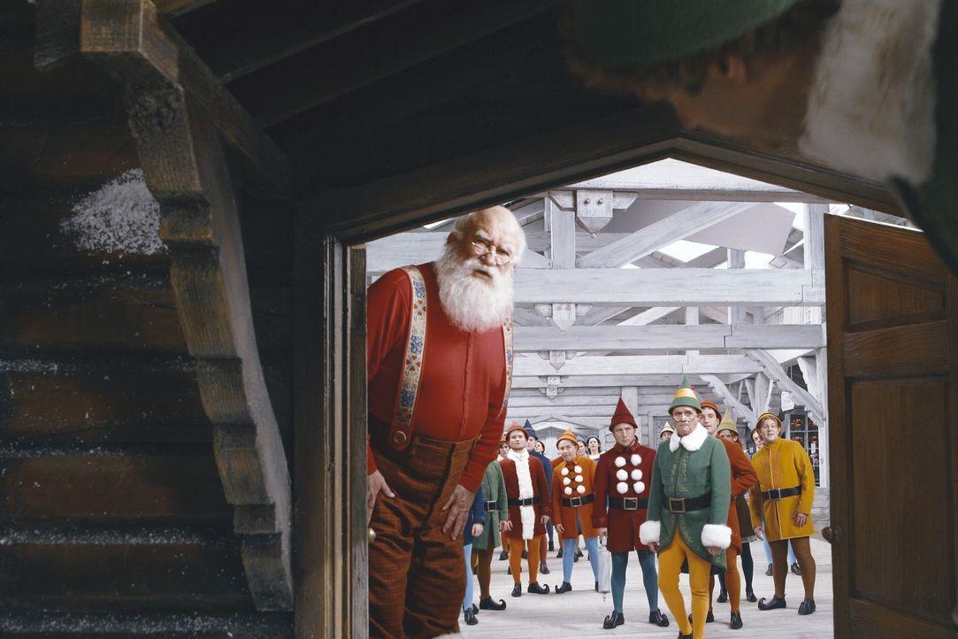 Buddy, der bei den Elfen am Nordpol aufgewachsen ist, möchte den Menschen beweisen, dass es den Weihnachtsmann (Edward Asner, l.) und die Elfen wir... - Bildquelle: Warner Bros. Television