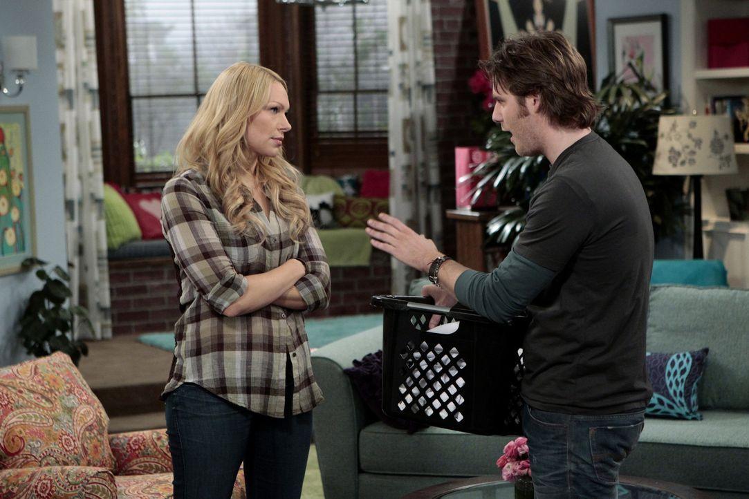 Bei einem gemütlichen Abend zu Hause beichtet Dee Dee Chelsea (Laura Prepon, l.) und Olivia, dass sie ein Kissen hat, dass sie nach dem Schauspiele... - Bildquelle: Warner Bros. Television