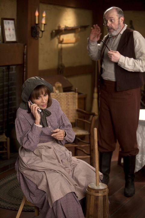 Als Frankie (Patricia Heaton, l.) sich ausversehen eine Hautcreme für 200$ gönnt, muss ein Nebenjob her, um das Geld wieder reinzuholen: Zusammen mi... - Bildquelle: Warner Brothers