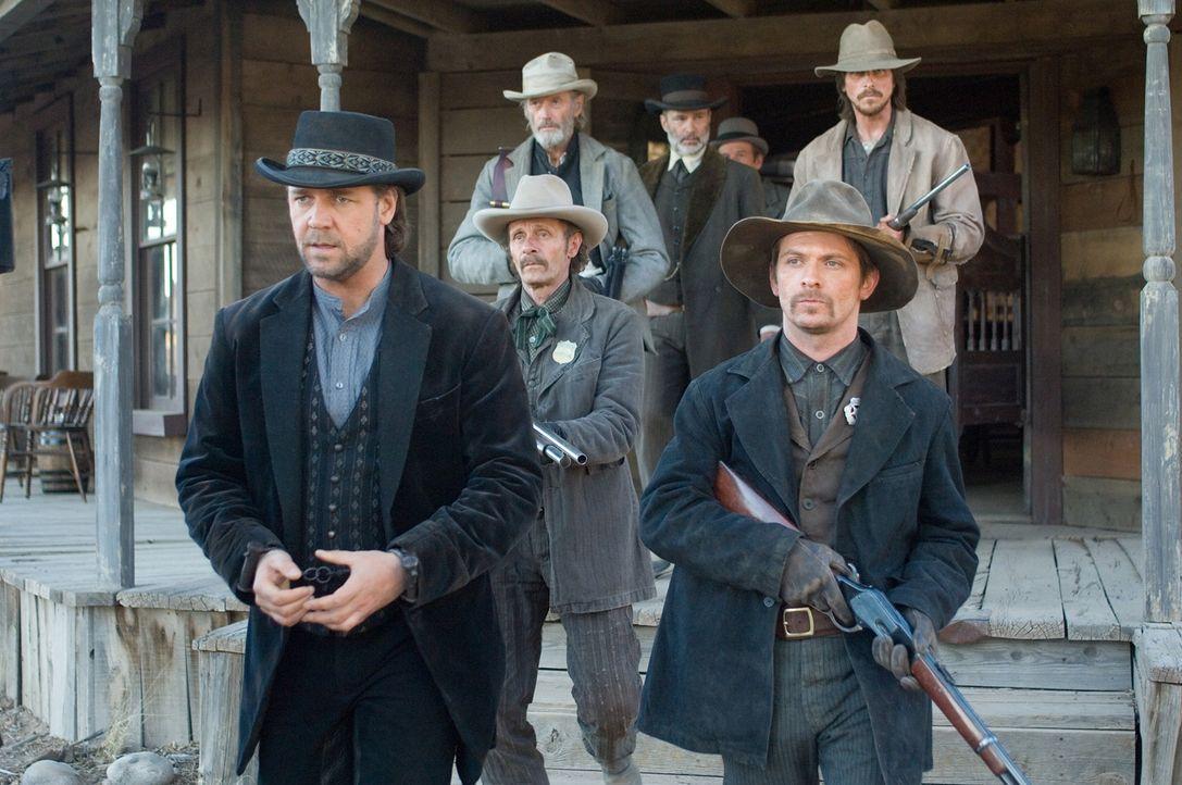 Eine Handvoll Männer riskieren ihr Leben, um den berüchtigten Banditen Ben Wade (Russell Crowe, l.) zu dem Zug zu bringen, der ihn ins Staatsgefä... - Bildquelle: 2007 Yuma, Inc. All Rights Reserved.