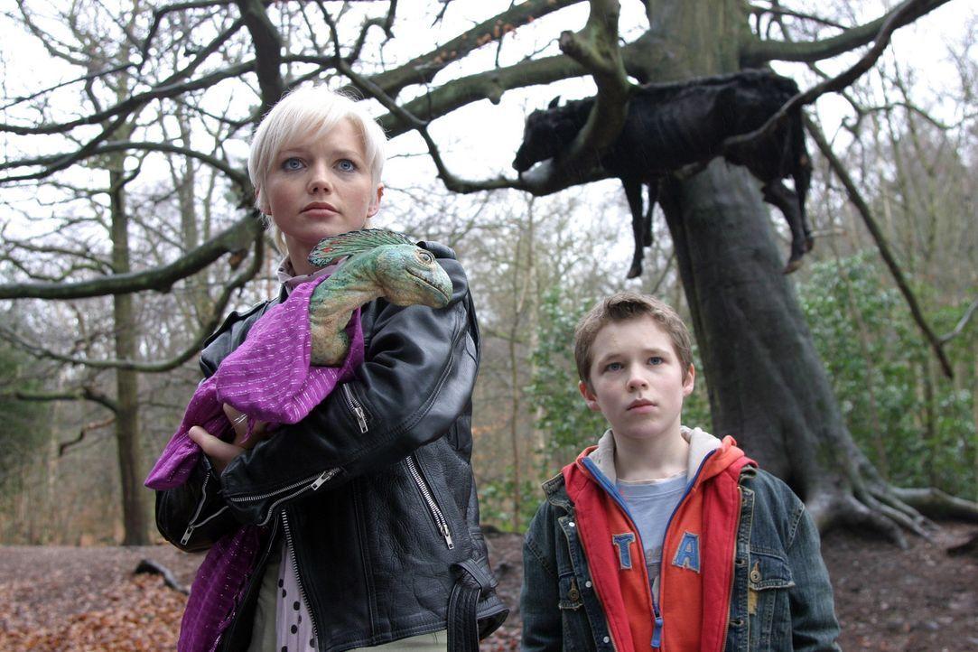 Abby (Hannah Spearritt, l.) entdeckt, dass die Urzeitmonster den Kontakt zu Menschen nicht scheuen ... - Bildquelle: ITV Plc