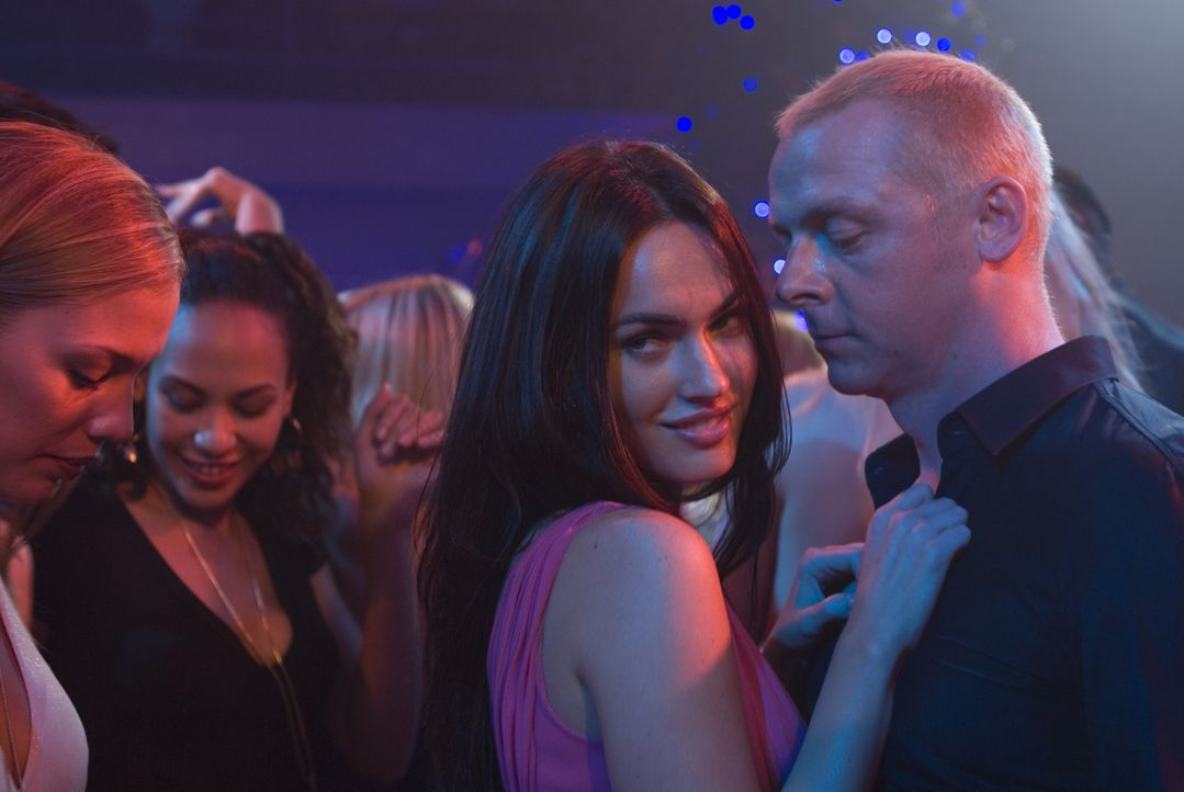 Willkommen in der Welt der Schönen und Reichen: Sidney Young (Simon Pegg, r.) fühlt sich wohl in den Armen der schönen Sophie Maes (Megan Fox, 2.... - Bildquelle: UK Film Council/ Channel Four Television Corporation /Alienate Limited 2008