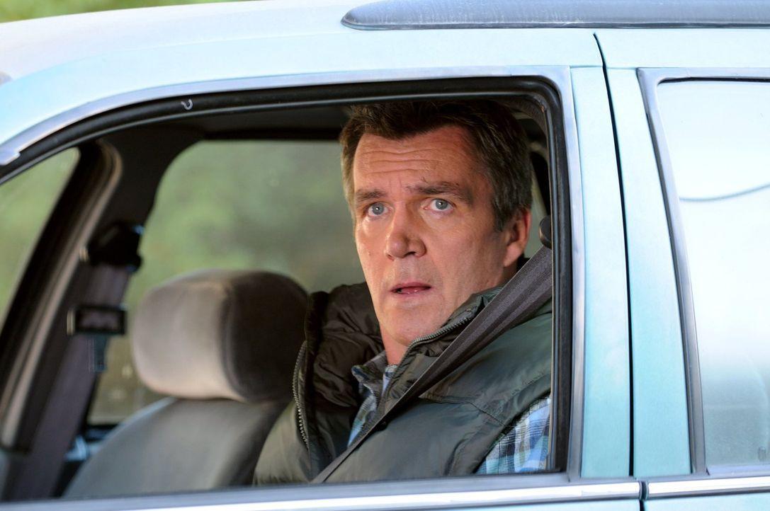 Weil Frankie ihn nicht daran erinnert, versäumt es Mike (Neil Flynn), seinen Vater zum Thanksgiving-Dinner einzuladen ... - Bildquelle: Warner Brothers