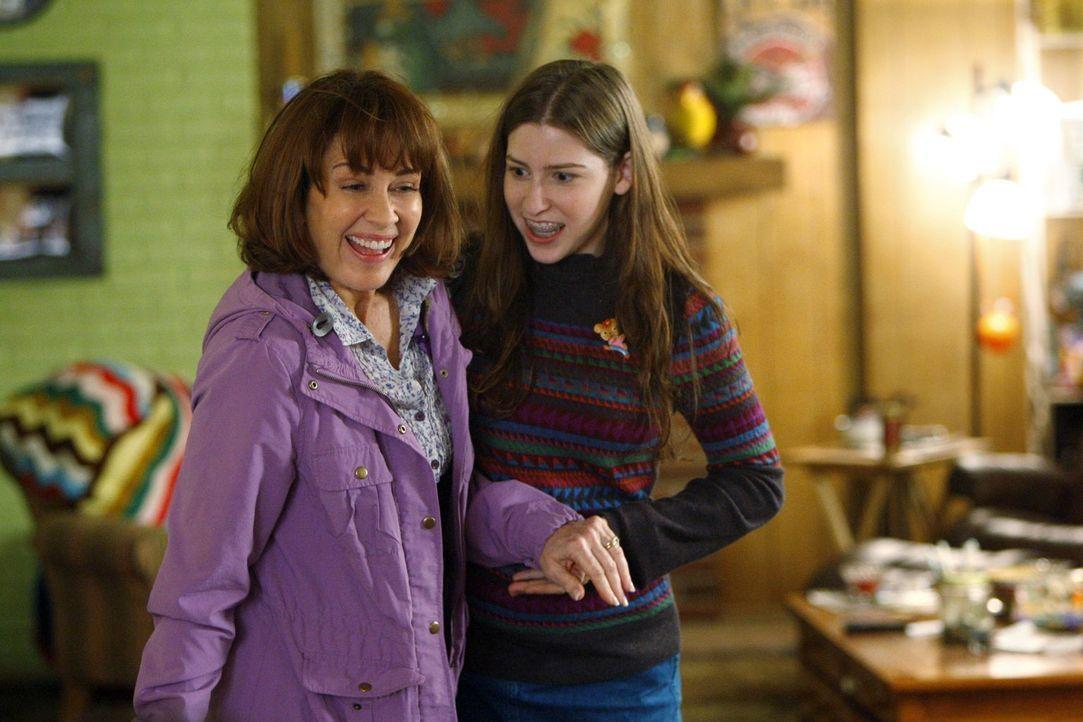 Das Thanksgiving-Dinner verläuft für Franke (Patricia Heaton, l.) und Sue (Eden Sher, r.) um einiges anders, als geplant ... - Bildquelle: Warner Brothers
