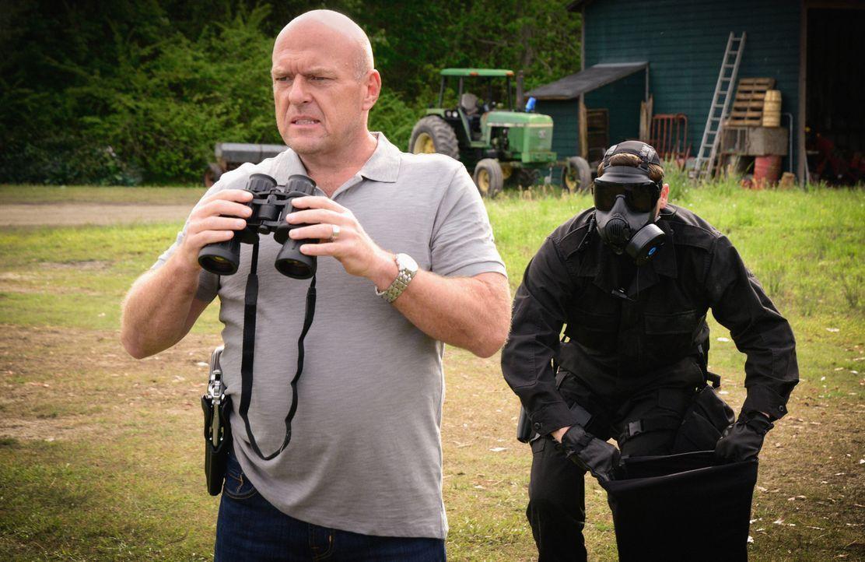 Big Jim (Dean Norris, l.) wird entführt und findet sich plötzlich an einem seltsamen Ort wieder. Ist er wirklich noch unter der Kuppel? - Bildquelle: Brownie Harris 2015 CBS Studios Inc.