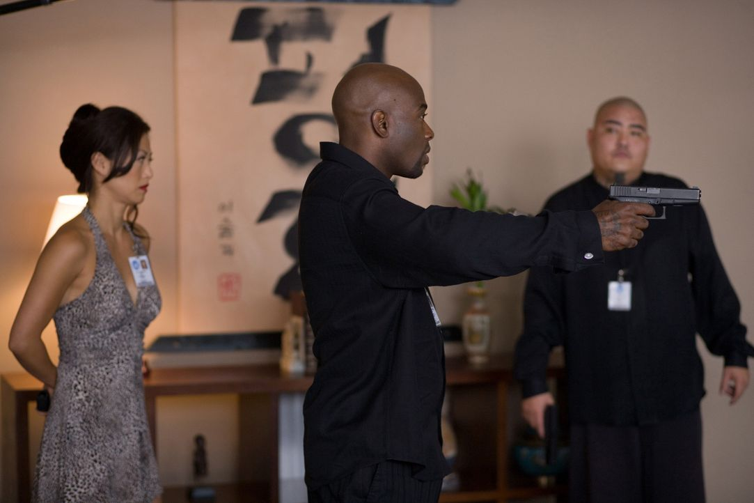 "Haben nur wenig Zeit, ein mörderisches Desaster zu verhindern: Agent Neil Shaw (Anthony ""Treach"" Criss, M.) und Sun Yi (Sung Hi Lee, l.) ... - Bildquelle: 2009 Sony Pictures Home Entertainment Inc. All Rights Reserved."