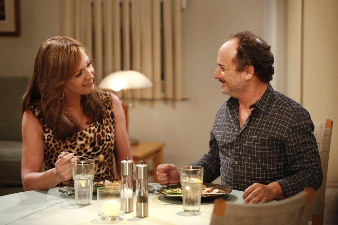Sind glücklich miteinander - doch das kann sich schnell ändern: Bonnie (Allison Janney, l.) und Alvin (Kevin Pollak, r.) ... - Bildquelle: Warner Bros. Television