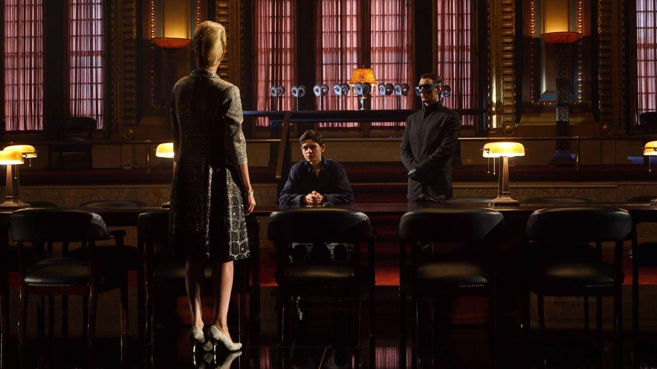 Bruce (David Mazouz, M.) muss sich auf einen Handel mit der Anführerin des Geheimbundes innerhalb von Wayne Enterprises einlassen, während Gordon Fi... - Bildquelle: Warner Brothers