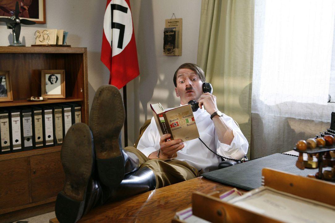Auch ein Hitler (Michael Kessler) darf mal die Füße hochlegen ... - Bildquelle: ProSieben