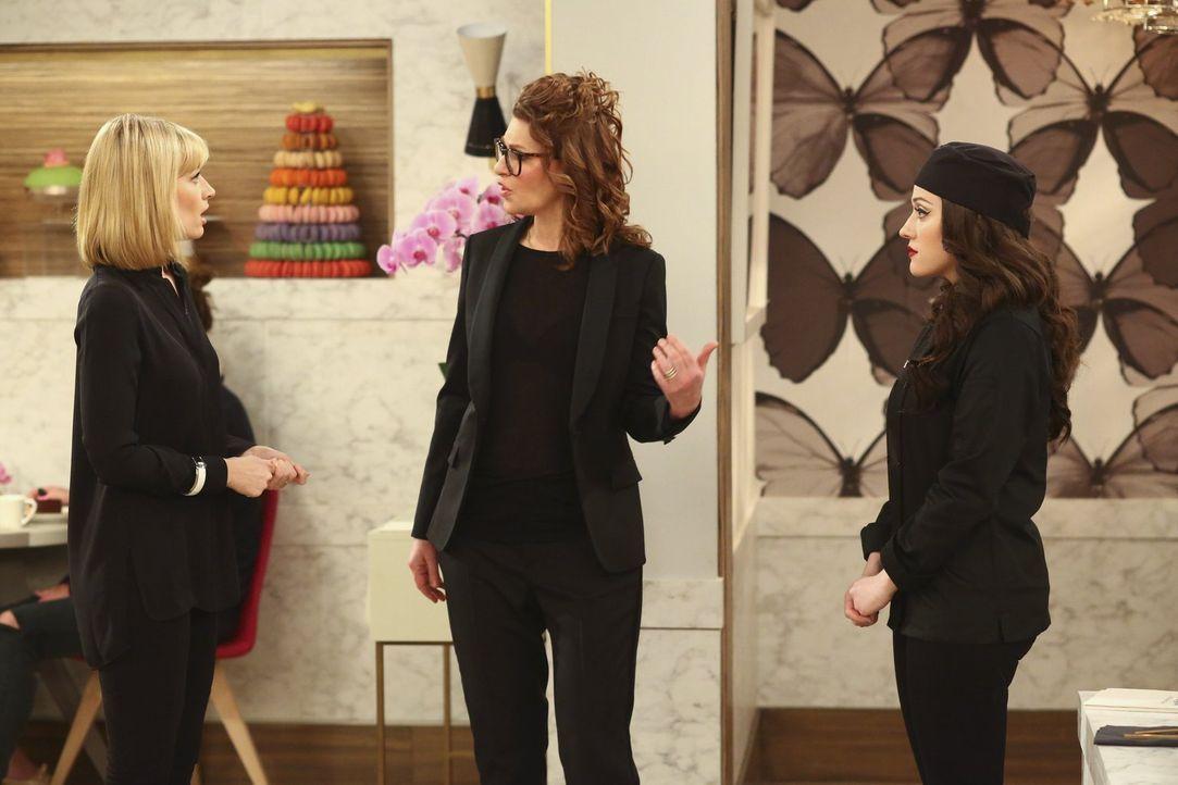 Noch ahnt ihre Chefin Roseanne (Sandra Bernhard, M.) nicht, wie chaotisch Caroline (Beth Behrs, l.) und Max (Kat Dennings, r.) sind ... - Bildquelle: Warner Bros. Television