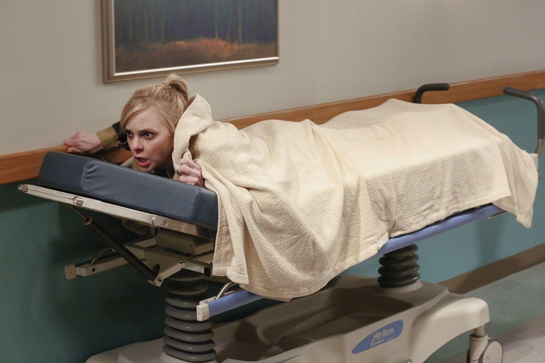 Christy (Anna Faris) will unter allen Umständen ihre Abschlussprüfung schreiben und flieht deshalb aus dem Krankenhaus, in das sie kurz zuvor aufgru... - Bildquelle: 2015 Warner Bros. Entertainment, Inc.