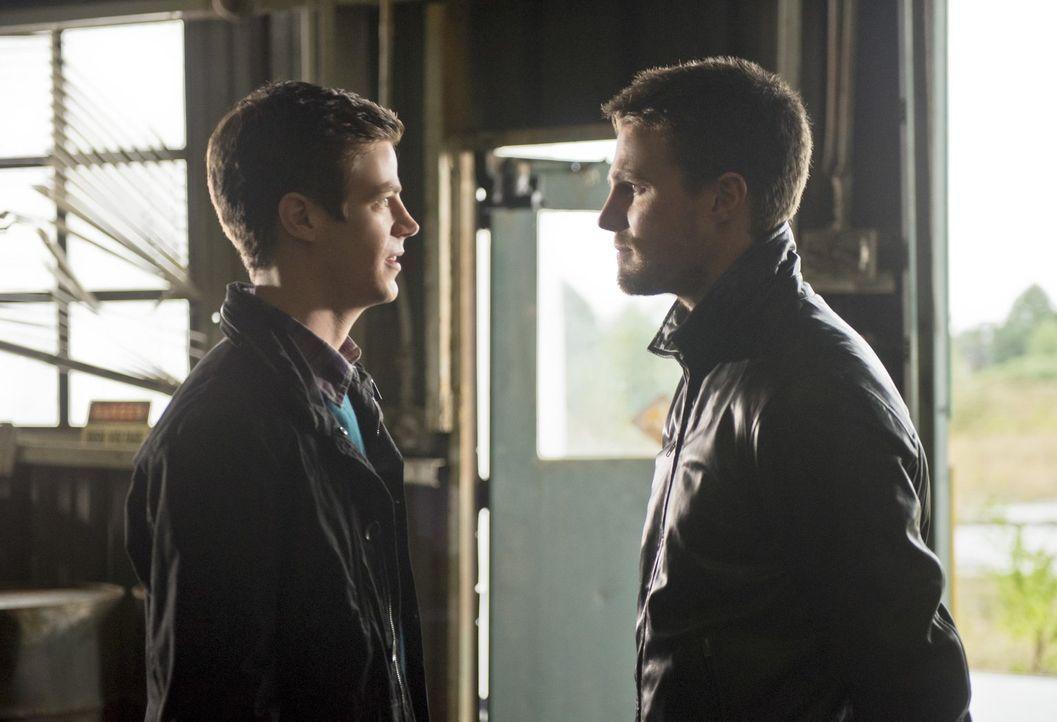 Kann das gut gehen? Barry alias The Flash (Grant Gustin, l.) vs. Oliver alias Arrow (Stephen Amell, r.) ... - Bildquelle: Warner Brothers.