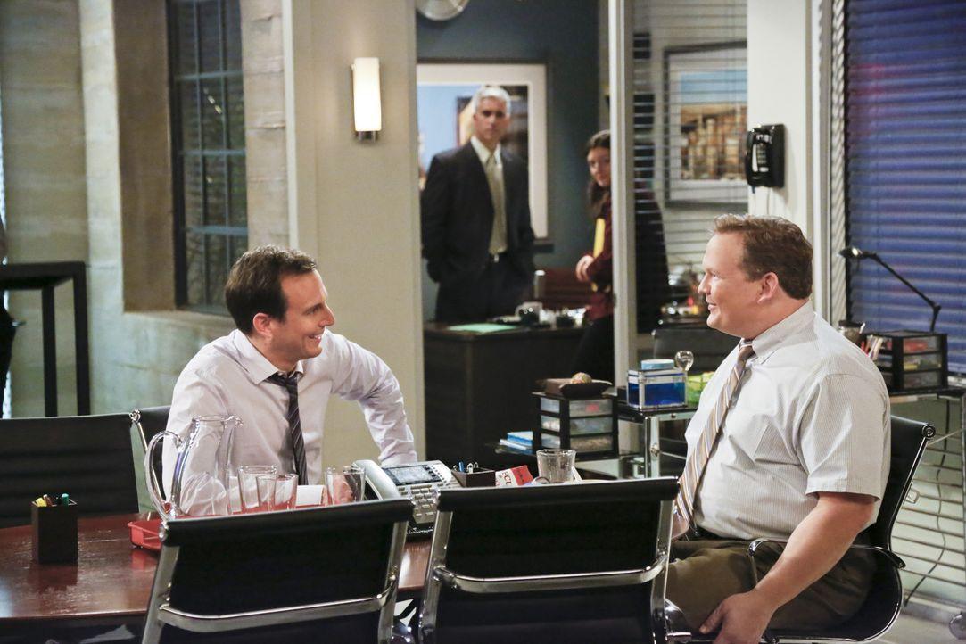 Nathan (Will Arnett, l.) freundet sich mit Doug (Andy Richter, r.), einem Arbeitskollegen an. Doch bald zeigt sich, dass dieser ein noch größerer Au... - Bildquelle: 2013 CBS Broadcasting, Inc. All Rights Reserved.
