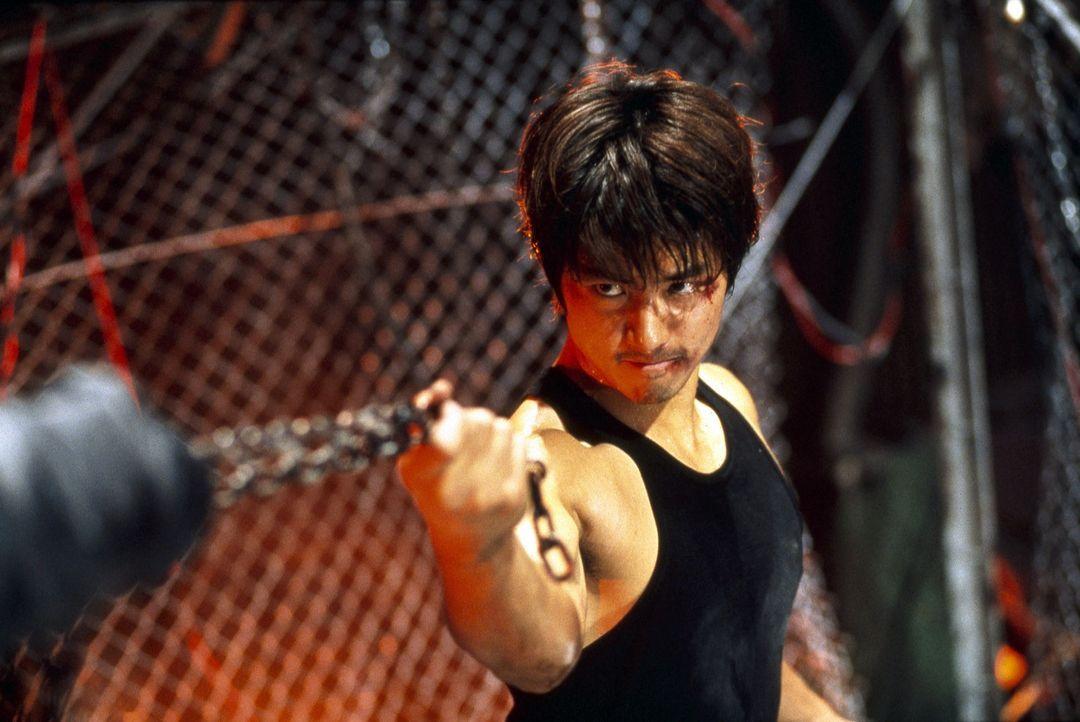 """Noch nie ist es jemandem gelungen, lebend aus dem """"Muscle Doom"""" herauszukommen. Hat Detective Aguri Katsuragi (Sho Aikawa) eine Chance? - Bildquelle: Splendid"""