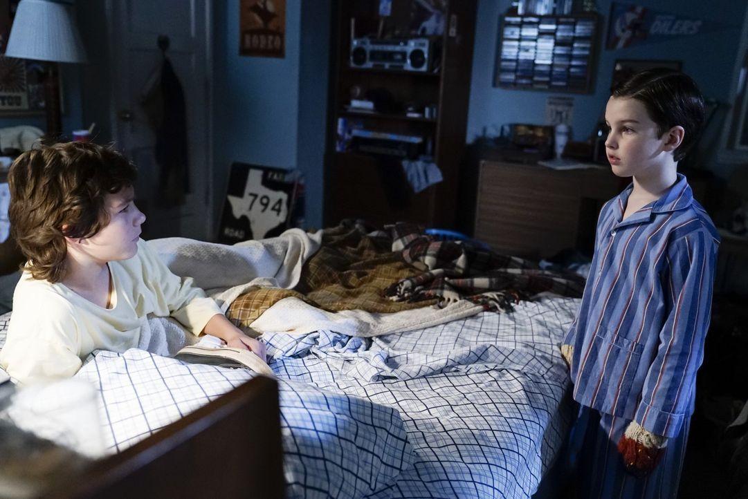 Als Sheldon (Iain Armitage, r.) Georgie (Montana Jordan, l.) Nachhilfe geben soll, sorgt das für einen prägenden Austausch von Fähigkeiten zwischen... - Bildquelle: Warner Bros.