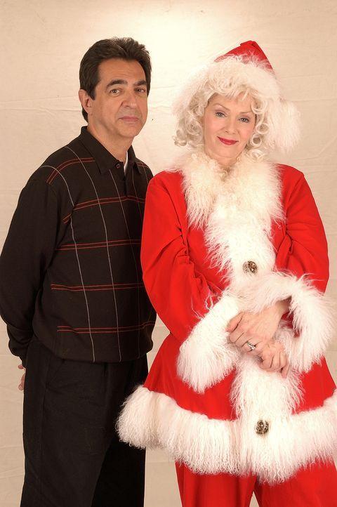Frank Griffin (Joe Mantegna, l.) hofft, dass ein Weihnachtswunder seine Ehe mit Ellen (Jean Smart, r.) rettet ... - Bildquelle: TM &   2009 CBS Studios Inc. All Rights Reserved.