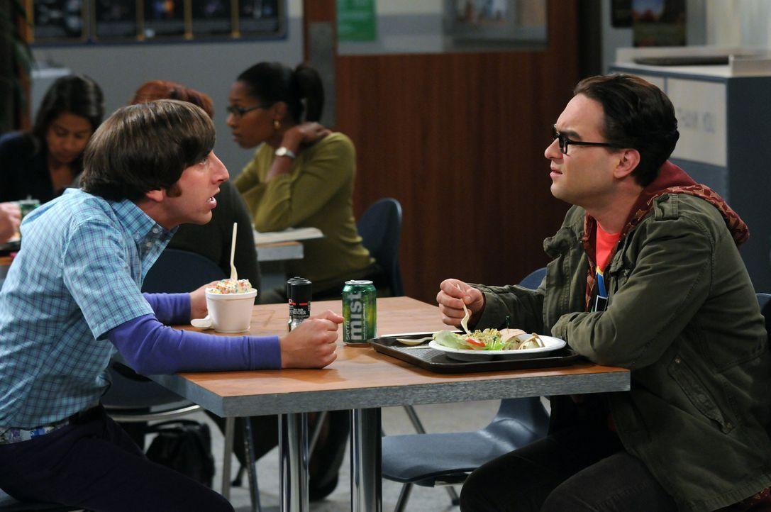 Leonard lädt Bernadette ein, es sich in seinem Labor anzusehen. Howard (Simon Helberg, l.) ist eifersüchtig und fängt deswegen in der Cafeteria e... - Bildquelle: Warner Bros. Television