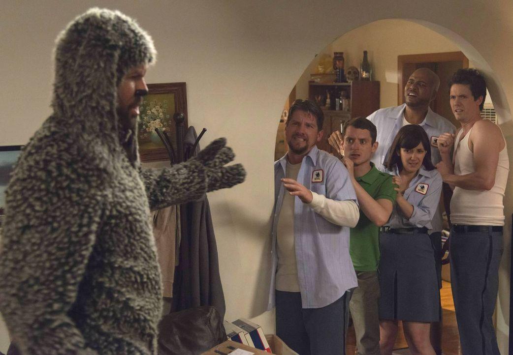 Wilfred (Jason Gann, l.) befürchtet, seinen besten Freund Ryan (Elijah Wood, 3.v.l.) an seine Feinde Bill (Zachary Knighton, 2.v.l.), Joanne (Dixie... - Bildquelle: 2013 Bluebush Productions, LLC. All rights reserved.