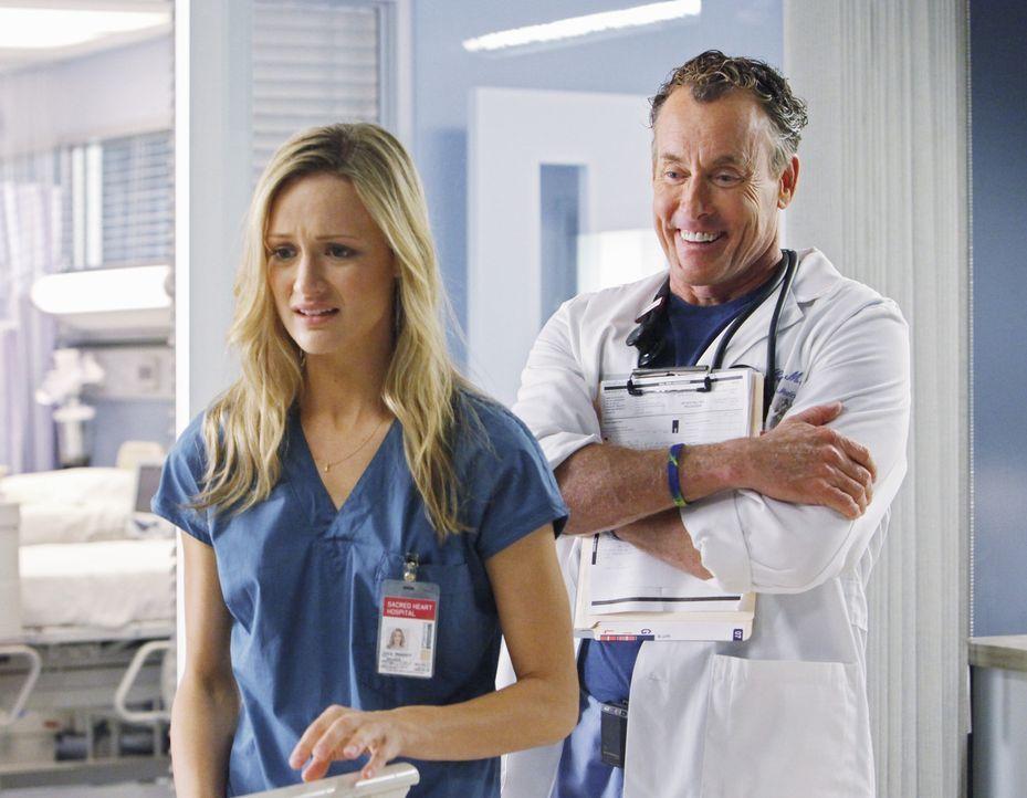 Gegen Dr. Cox' (John C. McGingley, r.) ausdrücklichen Willen, versucht Lucy (Kerry Bishe, l.), den sympathischen alkoholkranken Patienten Alan eine... - Bildquelle: Touchstone Television