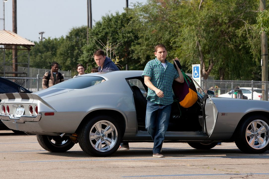 Der erste Schultag für die undercover ermittelnden Cops: Schmidt (Jonah Hill, r.) und Jenko (Channing Tatum, l.) stellen, kaum an der Highschool ang... - Bildquelle: TM &  2014 Metro-Goldwyn-Mayer Studios Inc. All Rights Reserved.