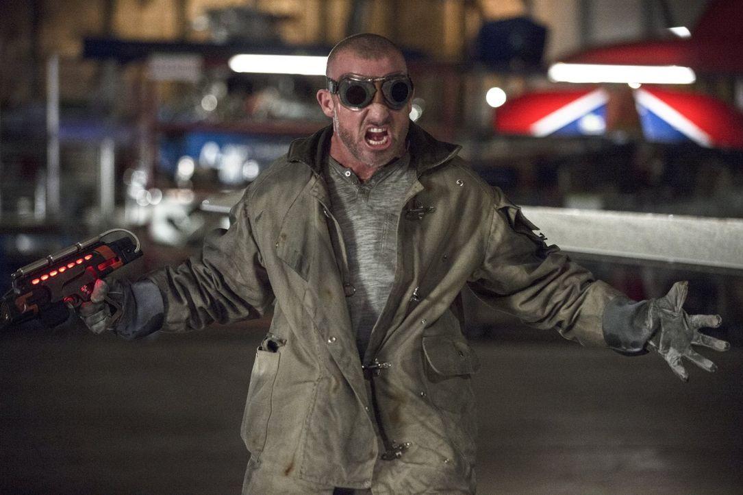 """Barry alias """"The Flash"""" muss sich Mick Rory alias Heat Wave (Dominic Purcell) und Leonard Snart alias Captain Cold stellen, um einen nahestehenden M... - Bildquelle: Warner Brothers."""