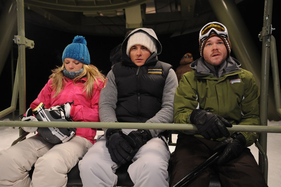 Ein herrlicher Tag auf der Skipiste wird für Joe (Shawn Ashmore, r.), Dan (Kevin Zegers, M.) und Parker (Emma Bell, l.) zu einem eisigen Horrortrip... - Bildquelle: Fred Hayes Frostbite Features, Inc.