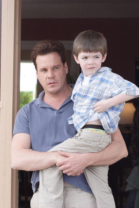Ist nicht bereit, seinen Sohn (Joshua Friesen, r.) mit seiner Ex-Frau zu teilen: Quinn (Craig Sheffer, l.) ... - Bildquelle: Christopher Filmcapital