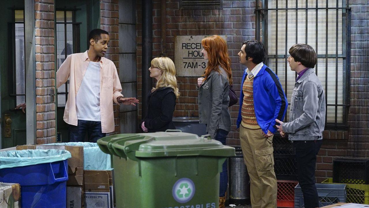 Howard (Simon Helberg, r.), Bernadette (Melissa Rauch, 2.v.l.), Raj (Kunal Nayyar, 2.v.r.) und Emily (Laura Spencer, M.) wollen in der Suppenküche h... - Bildquelle: 2015 Warner Brothers