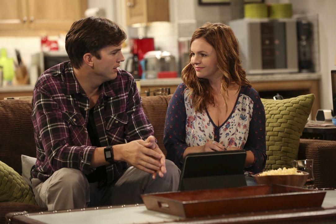 Walden (Ashton Kutcher, l.) feiert mit Jenny (Amber Tamblyn, r.) und ihren attraktiven Freundinnen eine wilde Party. Die jedoch mit einem Filmriss e... - Bildquelle: Warner Bros. Television