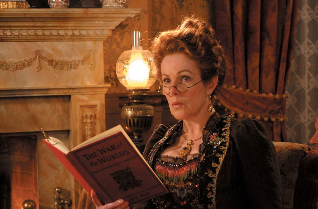 Die unbeschwerte Zeit von Wendy scheint abzulaufen, denn unter der Aufsicht ihrer Tante Millicent (Lynn Redgrave) soll sie sich aufs Erwachsenwerden... - Bildquelle: 2004 Sony Pictures Television International. All Rights Reserved.