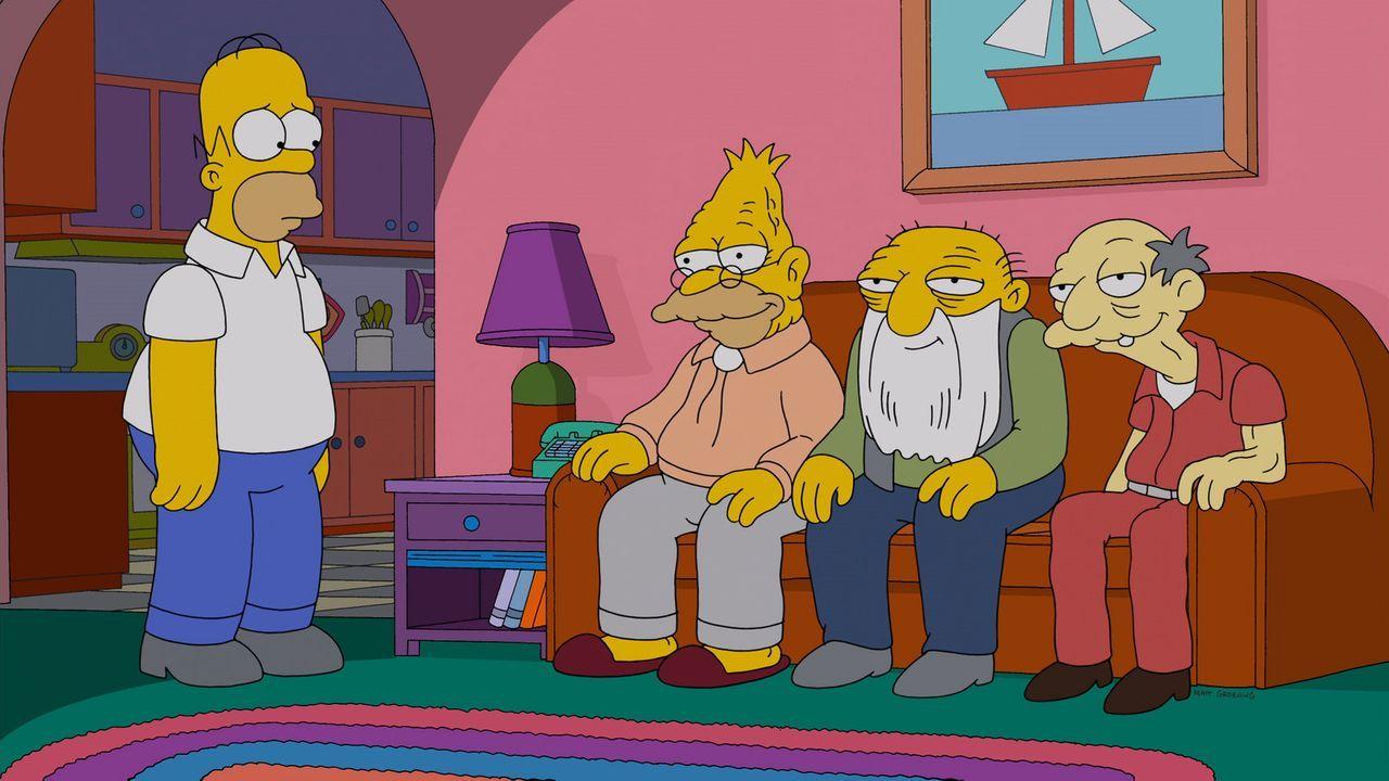 Grampa (2.v.l.), der alte Jude (2.v.r.) und Jasper (r.) leben träge und faul in den Tag hinein. Anfangs ist Homer (l.) noch irritiert, doch nach und... - Bildquelle: 2013 Twentieth Century Fox Film Corporation. All rights reserved.