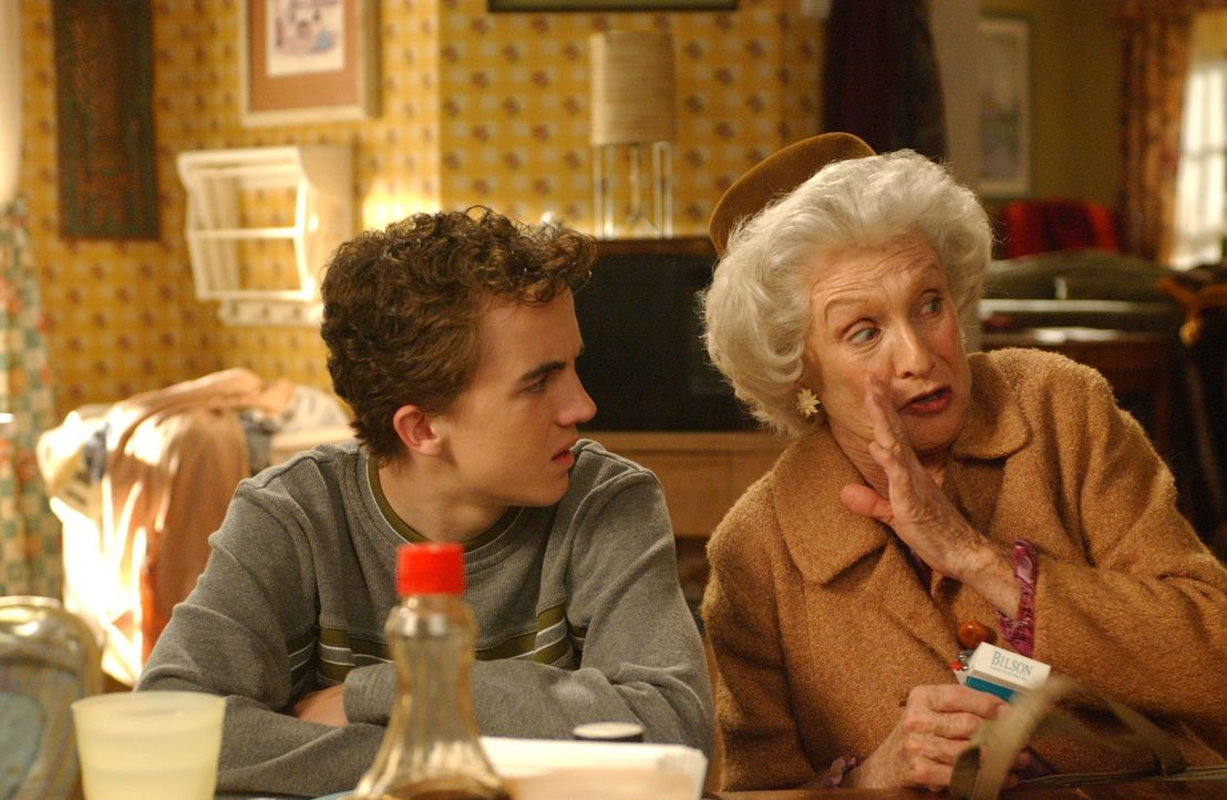 Plötzlich findet Malcolm (Frankie Muniz, l.) heraus, dass Ida (Cloris Leachman, r.) ihren zukünftigen Ehemann mit Drogen voll pumpt um ihn gefügi... - Bildquelle: TM +   2000 Twentieth Century Fox Film Corporation. All Rights Reserved.