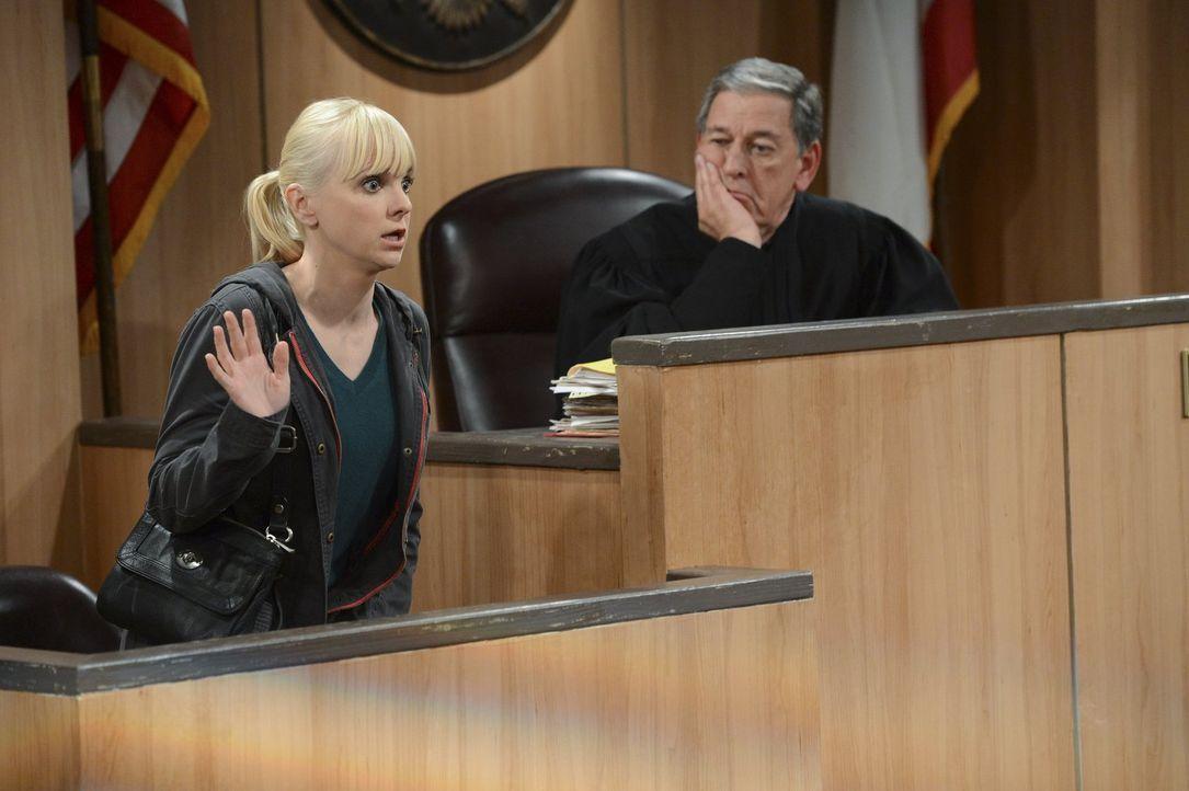 Christy (Anna Faris, l.) tritt für Regina vor Gericht als Fürsprecherin auf. Doch ihre gefühlvolle Tirade verselbstständigt sich nach kurzer Zeit un... - Bildquelle: Warner Brothers Entertainment Inc.