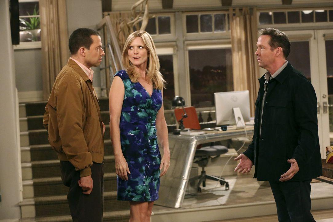 Alan (Jon Cryer, l.) und Lyndsey (Courtney Thorne-Smith, M.) haben weiterhin eine verbotene Affäre. Beide wiegen sich in Sicherheit, doch dann stell... - Bildquelle: Warner Bros. Television