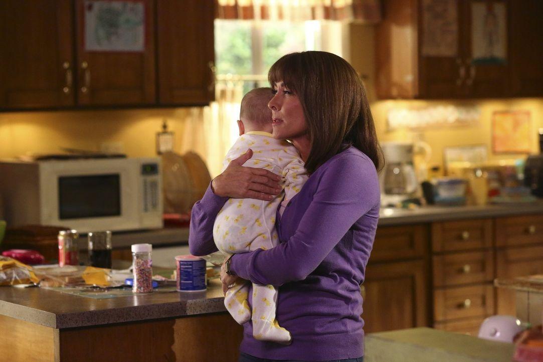 Nachdem Frankie (Patricia Heaton) erfahren hat, dass ihre Eierstöcke nicht mehr funktionieren, ist sie am Boden zerstört. Hilft es ihr da wirklich,... - Bildquelle: Warner Bros.