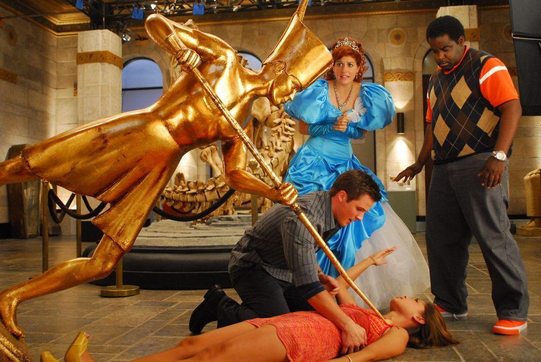 Die Welt scheint unterzugehen - und Amy (Vanessa Minnillo, liegend), die alleine im Museum weilt, gerät unglücklicherweise unter den Pharao. Tapfe... - Bildquelle: Constantin Film Verleih