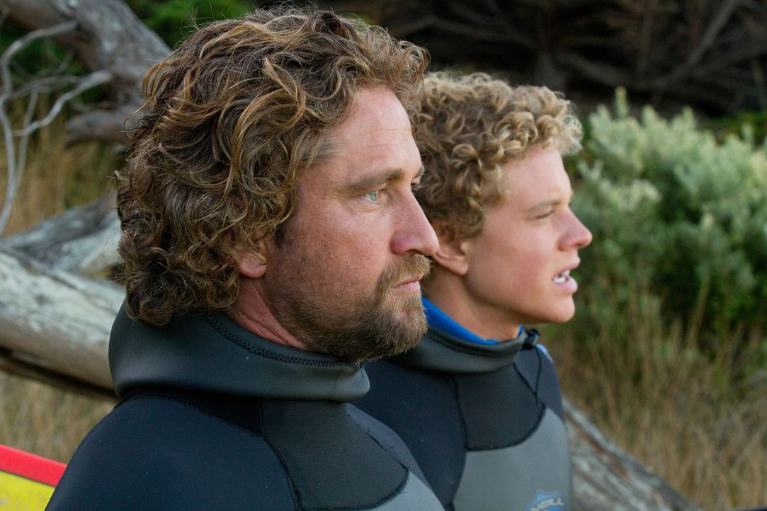 Wollen auf einer Riesenwelle reiten: der erfahrene Surfer Frosty (Gerard Butler, l.) und Nachwuchssurfer Jay (Jonny Weston, r.) ... - Bildquelle: TM & COPYRIGHT   2011 Twentieth Century Fox Film Corporation and Walden Media, LLC. All Rights Reserved. Not for Sale or Duplication.
