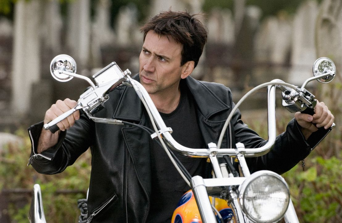 Um seinen sterbenden Vater zu retten, verkauft der berühmte Motorrad-Stuntman Johnny Blaze (Nicolas Cage) seine Seele Mephistopheles. Von nun an is... - Bildquelle: Sony Pictures Television International. All Rights Reserved.