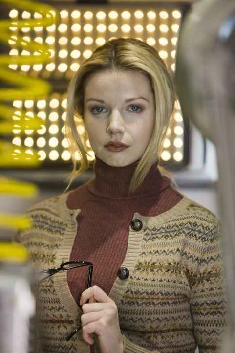 Während Abby, Matt und Becker einen Raptor jagen, arbeitet Connor für Philip Burton mit April (Janice Byrne) ... - Bildquelle: ITV Plc