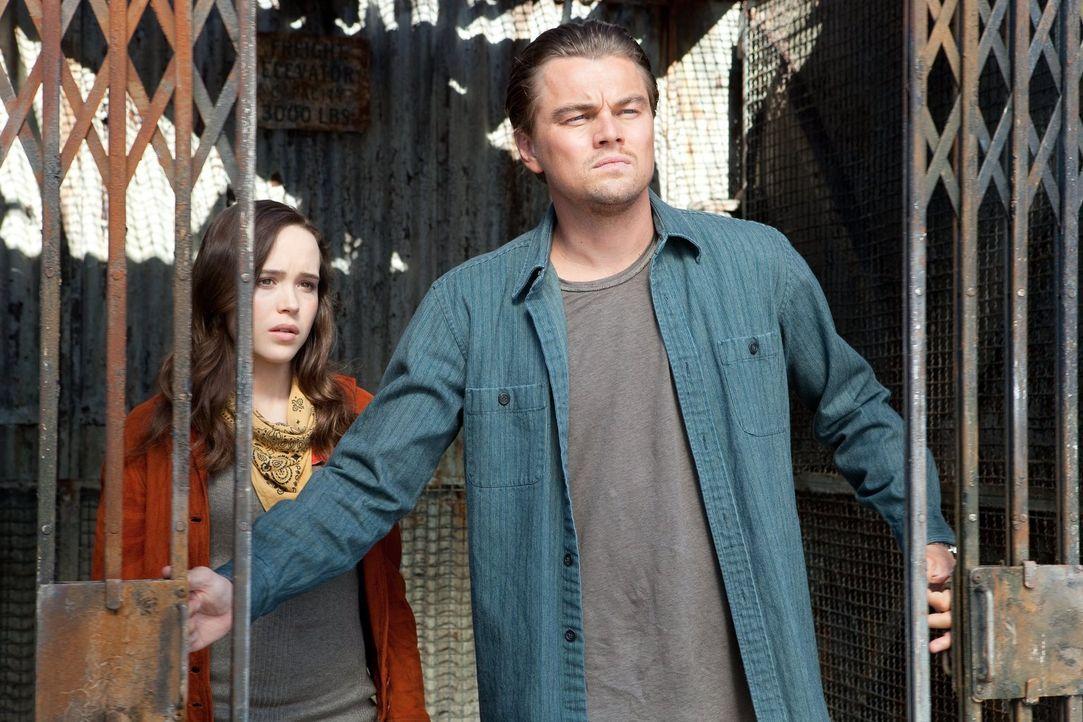 Ariadne (Ellen Page, l.) ist geschockt, als ihr bewusst wird, welche emotionalen Lasten Cobb (Leonardo DiCaprio, r.) mit sich herumträgt und diese a... - Bildquelle: 2010 Warner Bros.