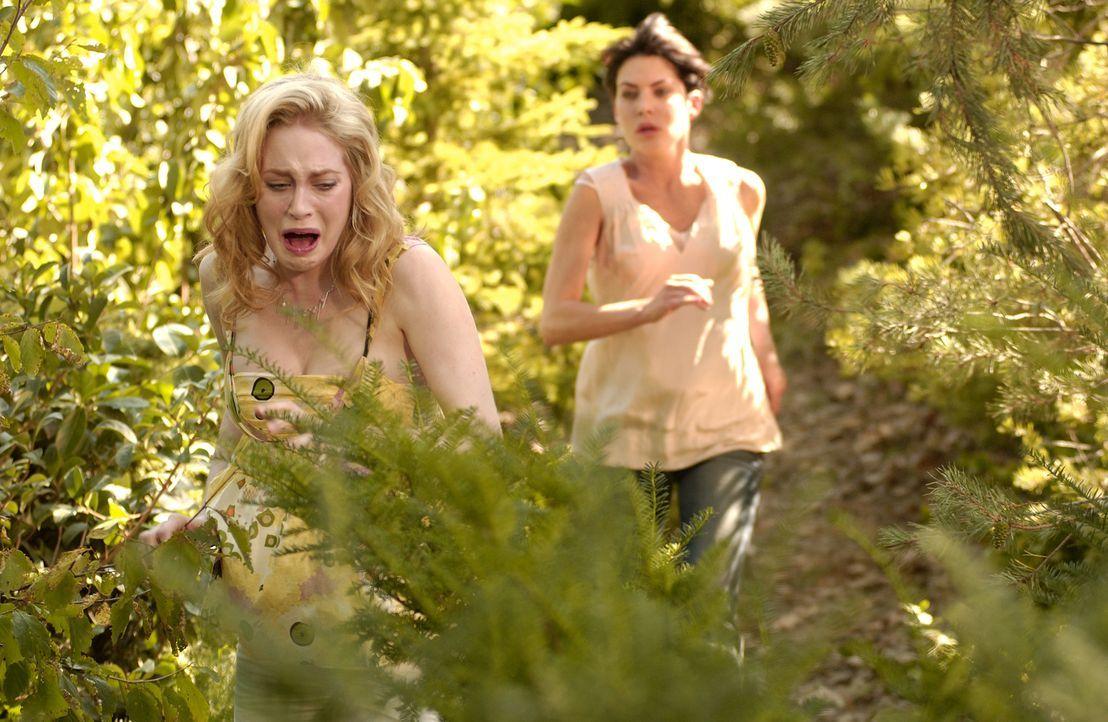 Kann Col (Lara Flynn Boyle, r.) ihre völlig verstörte Nachbarin vor dem Schlimmsten bewahren? - Bildquelle: CBS Studios International. All rights reserved.