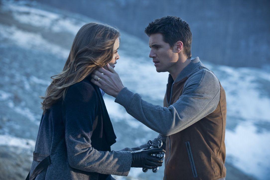 Kann Caitlin (Danielle Panabaker, l.) ihren geliebten Ronnie (Robbie Amell, r.) wieder zurückholen? - Bildquelle: Warner Brothers.