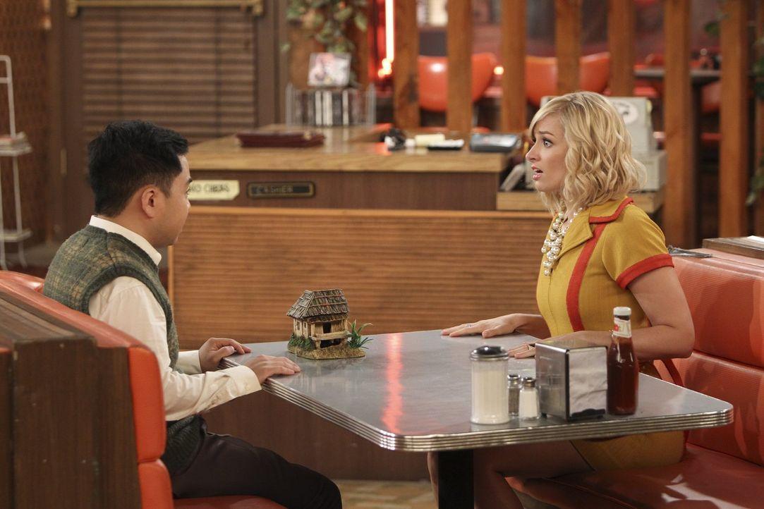 Wie wird Han Lee (Matthew Moy, l.) reagieren, wenn Caroline (Beth Behrs, r.) ihm beichtet, dass sie beim Säubern des Aquariums etwas zu  sorgfältig... - Bildquelle: Warner Bros. Television