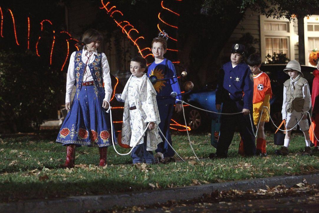Frankie (Patricia Heaton, l.) ist zunächst nicht begeistert, dass sie an Halloween mit Brick (Atticus Shaffer, 2.v.l.) und dessen Freunden in der Na... - Bildquelle: Warner Brothers