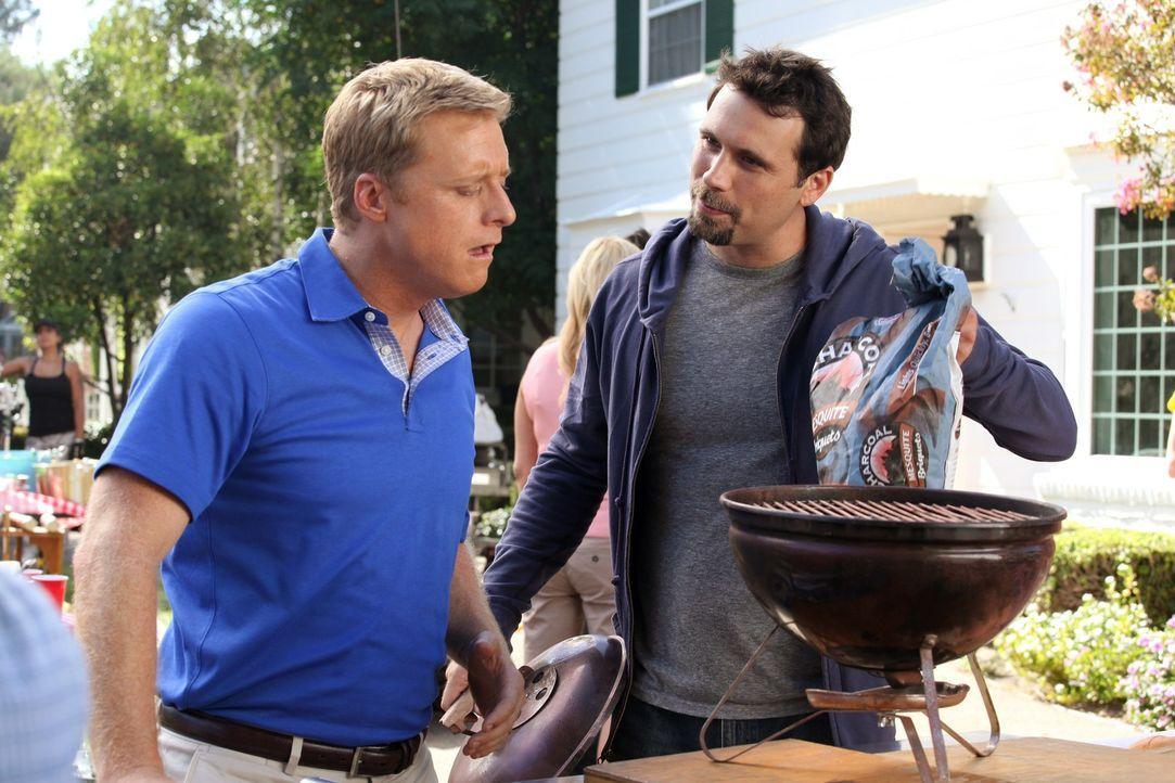 George (Jeremy Sisto, r.) veranstaltet für die Nachbarn ein Barbecue und bekommt dafür von Noah (Alan Tudyk, l.) einen tollen Grill geliehen, jedo... - Bildquelle: Warner Bros. Television